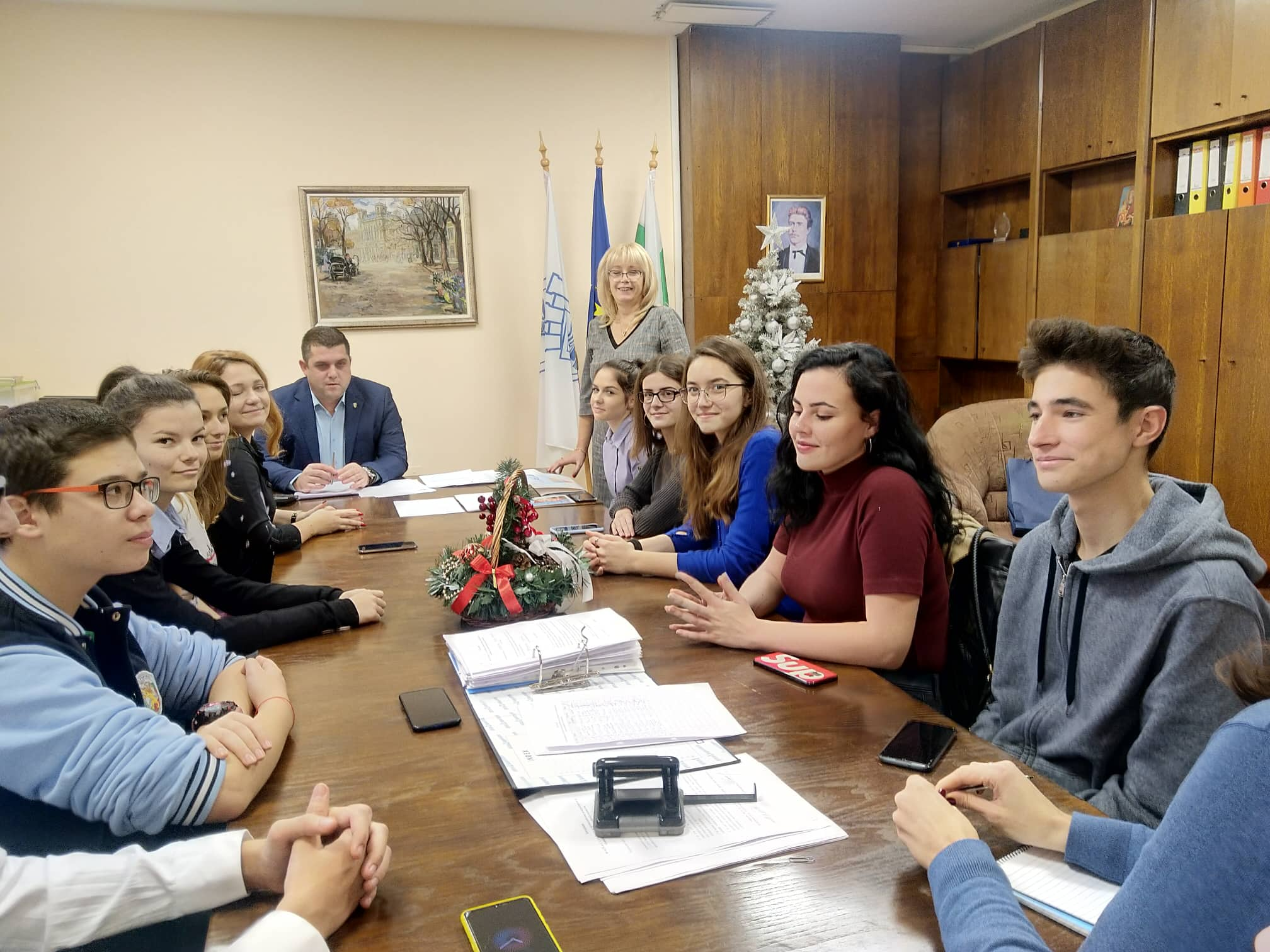 Първата среща между младежи от Младежки парламент към Общински младежки дом и Председателя на Общинския съвет в Русе
